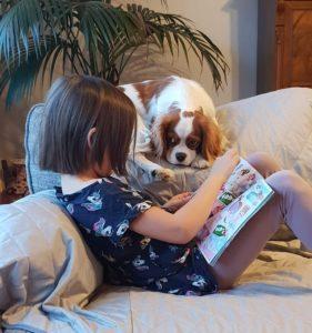 Luna läser för Lisa